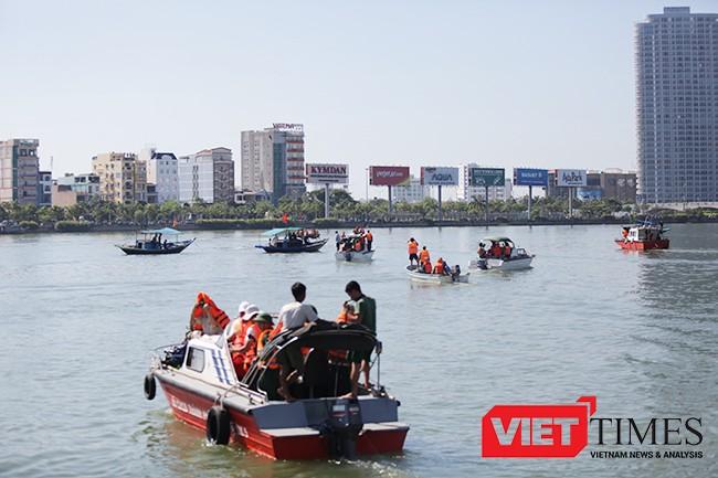 Đình chỉ 2 lãnh đạo, khởi tố vụ chìm tàu chở 56 người trên sông Hàn ảnh 1