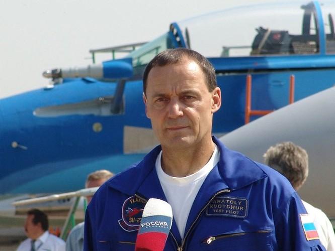 Video Phi công siêu đẳng của Nga lái Su-27 bay cách mặt đất... 1 m ảnh 1