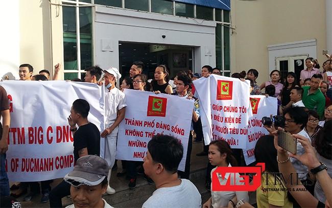 Băng rôn yêu cầu chính quyền Đà Nẵng vào cuộc làm rõ