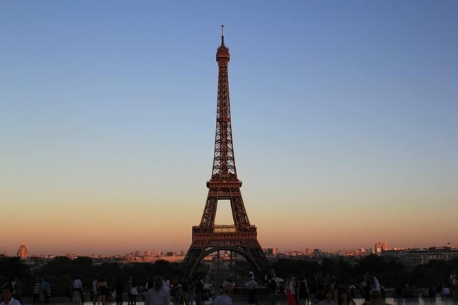 Ngắm mặt trời lặn qua tháp Eiffel