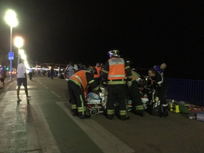 Tấn công khủng bố kinh hoàng tại Nice, ít nhất 73 người chết ảnh 4