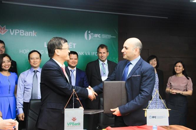 Ký kết hợp đồng vay vốn giữa VPBank và IFC