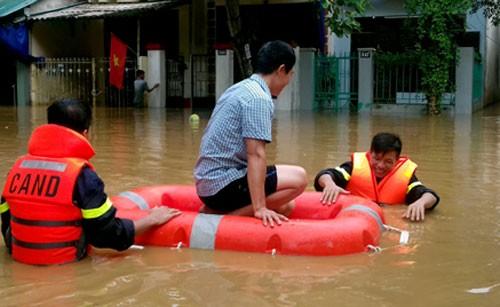 Trung tâm Yên Bái thành sông, đường sắt lên Lào Cai tê liệt ảnh 1