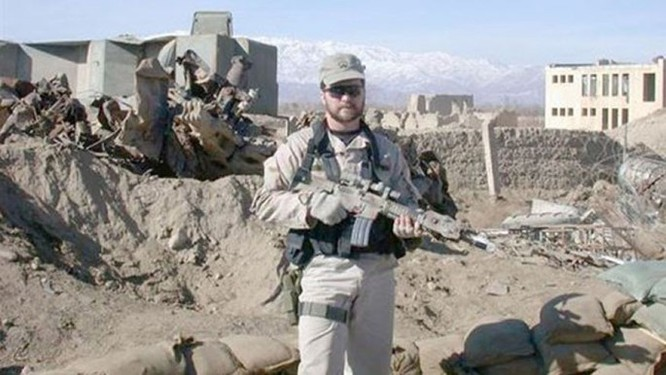 Bị bỏ lại, lính Mỹ bị thương vẫn tay không hạ 2 lính al-Qaeda trước khi chết ảnh 5