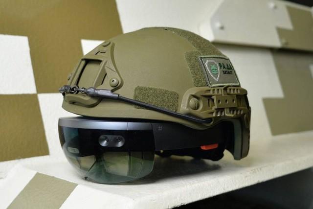 Kính HoloLens của Microsoft có thể dùng để điều khiển xe tăng ảnh 1