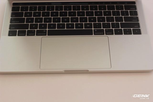Cận cảnh MacBook Pro 13-inch phiên bản có Touch Bar đầu tiên tại Việt Nam: Rất nhẹ, dải cảm ứng hữu dụng ảnh 6