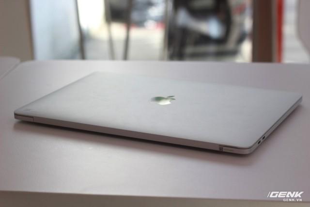 Cận cảnh MacBook Pro 13-inch phiên bản có Touch Bar đầu tiên tại Việt Nam: Rất nhẹ, dải cảm ứng hữu dụng ảnh 1