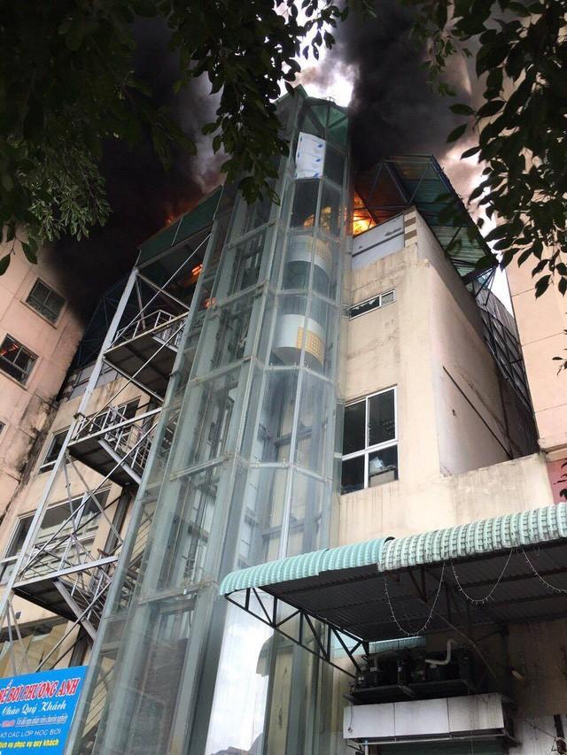 Hà Nội: Cháy lớn tại bể bơi lọt giữa 3 tòa chung cư Xa La ảnh 4