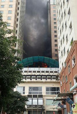 Hà Nội: Cháy lớn tại bể bơi lọt giữa 3 tòa chung cư Xa La ảnh 2