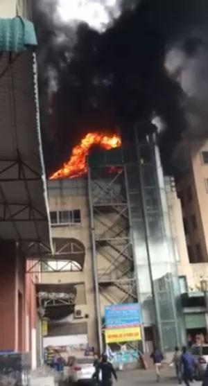 Hà Nội: Cháy lớn tại bể bơi lọt giữa 3 tòa chung cư Xa La ảnh 1