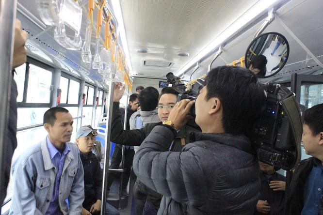 Hình bên trong xe buýt nhanh BTR. Ảnh: Bùi Phú