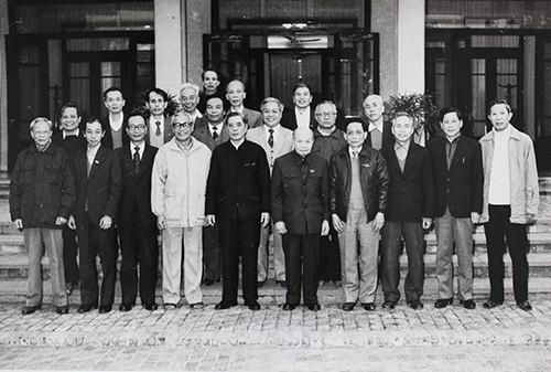 Tổ biên tập văn kiện Đại hội VI chụp ảnh cùng Tổng bí thư Nguyễn Văn Linh (hàng đầu, thứ năm từ trái sang) và nguyên Tổng bí thư Trường Chinh (hàng đầu, thứ sáu từ trái sang) sau Đại hội. Ảnh: Ông Phan Diễn cung cấp.