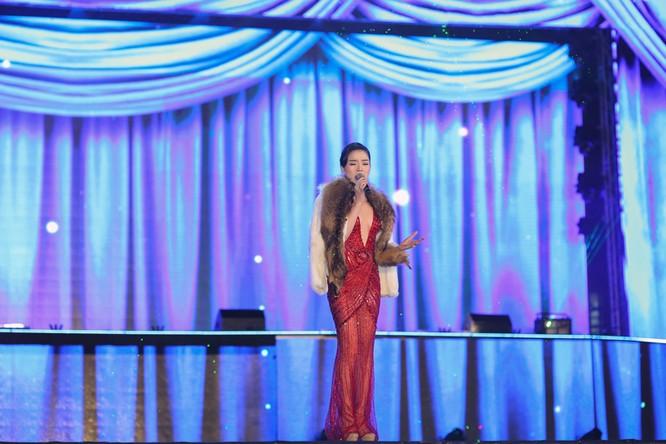 Nữ ca sĩ Lệ Quyên sang trọng, đài các tạo nên một khoảng lắng đọng tuyệt vời giữa đêm sôi động