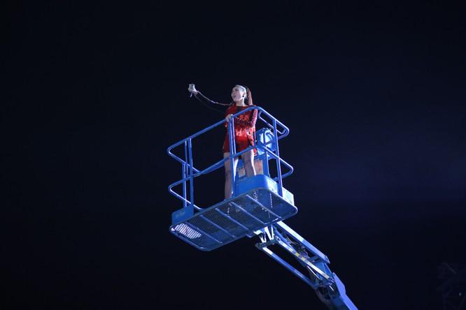 Màn xuất hiện độc đáo từ trên cần cẩu của nữ ca sĩ Thu Minh tại Đại nhạc hội Vin ID – Đại Hỷ Xuân 2017.