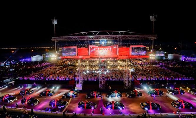 Sân khấu có chiều dài hơn 100m đủ để trình diễn màn diễu hành ô tô vô cùng ấn tượng