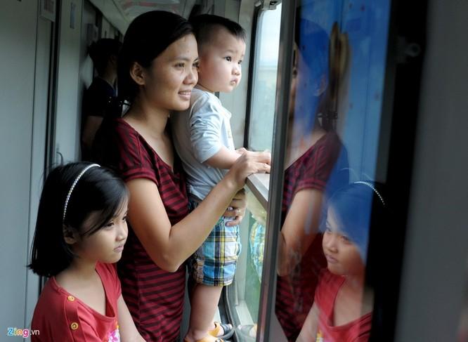 Liên tục ba ngày qua, hàng nghìn người làm ăn, học tập xa lên tàu lửa, xe khách về các tỉnh miền Trung đón Tết Đinh Dậu cùng gia đình. Ngày 23/1, hơn 1.000 người dân làm ăn, học tập ở TP HCM và các tỉnh phía Nam đi tàu lửa về đến ga Quảng Ngãi trong niềm vui, hạnh phúc sum họp gia đình.