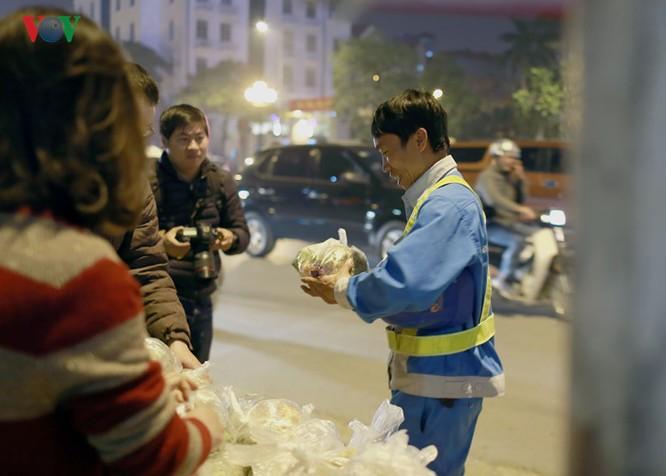 Nụ cười rạng rỡ, niềm vui giản dị của người lao động khi nhận được món quà ý nghĩa