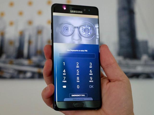 """Galaxy S8 """"lộ diện"""" hoàn toàn: Màn hình 5.8 và 6.2 inch, cảm biến vân tay ở mặt lưng ảnh 3"""