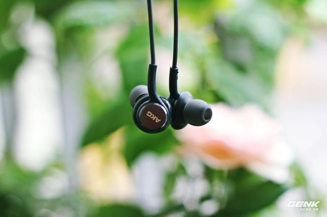 """Tai nghe AKG bóc máy Samsung Galaxy S8: build tốt, chất hay, """"đá bay"""" earpods! ảnh 2"""