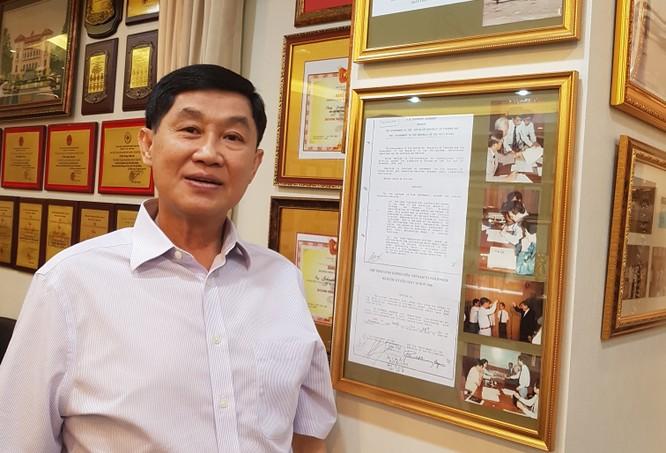 Ông Johnathan Hạnh Nguyễn bên những bản lưu giấy tờ cho phép thành lập tuyến bay trực tiếp ra nước ngoài đầu tiên. Ảnh: VietTimes