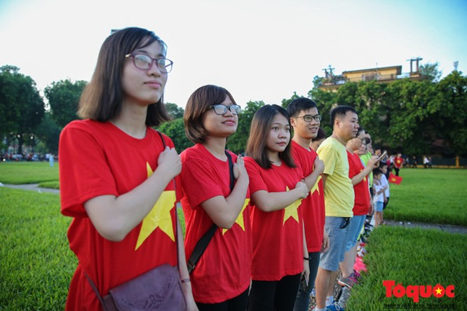 Hàng trăm con tim đang có mặt tại Quảng trường Ba Đình lịch sử đều hướng về lễ đài với tấm lòng thành kính và biết ơn trước lá cờ đỏ sao vàng của Tổ quốc.