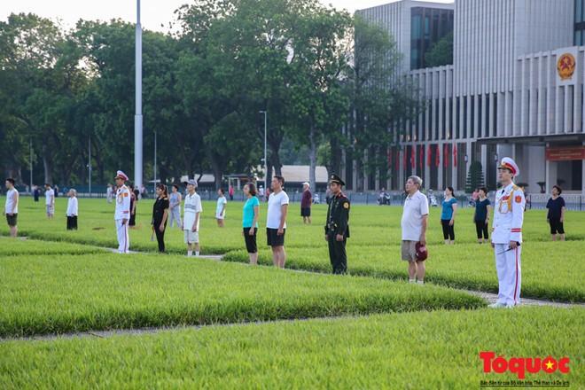 Người dân đang tập thể dục từ xa cũng đứng nghiêm chào cờ. Thậm chí là những người đứng bên ngoài Quảng trường trong giây phút đặc biệt này cũng ngưng lại mọi hoạt động để hướng về lá cờ của Tổ quốc đang tung bay.