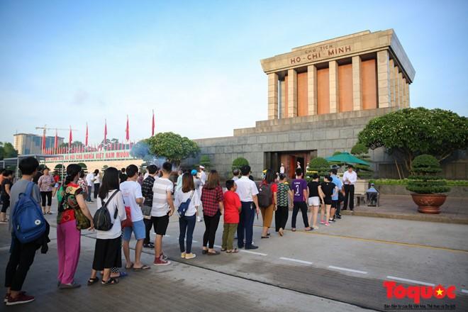 Sau nghi lễ chào cờ, hàng trăm người đã xếp hàng để cùng thắp nén hương thơm dâng lên Chủ tịch Hồ Chí Minh vĩ đại để tưởng nhớ về công ơn của Người và hàng triệu anh hùng đã hi sinh vì độc lập tự do của Tổ quốc.
