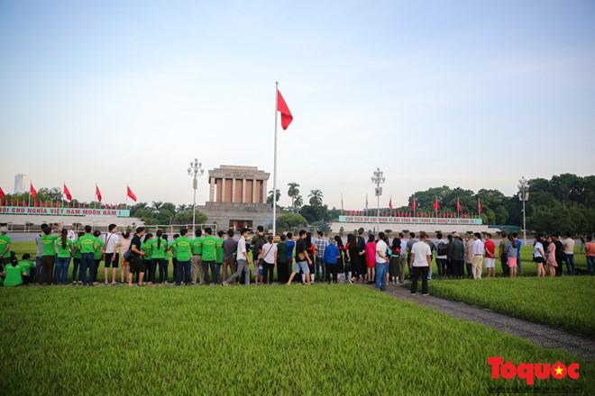 5h30 sáng, như thường lệ có rất nhiều người tập thể dục trên quảng trường Ba Đình. Nhưng dường như hôm nay, 2/9, số người có mặt tại đây đông hơn hẳn.