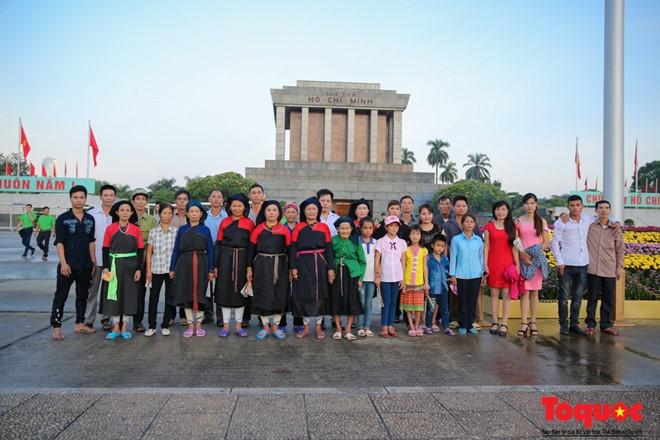 Đoàn dân tộc Cao Lan hơn 60 người từ Hàm Yên (Tuyên Quang), do ông La Văn Đinh làm trưởng đoàn, có mặt rất sớm tại Quảng trường Ba Đình để dự lễ chào cờ ngày Quốc khánh 2/9.