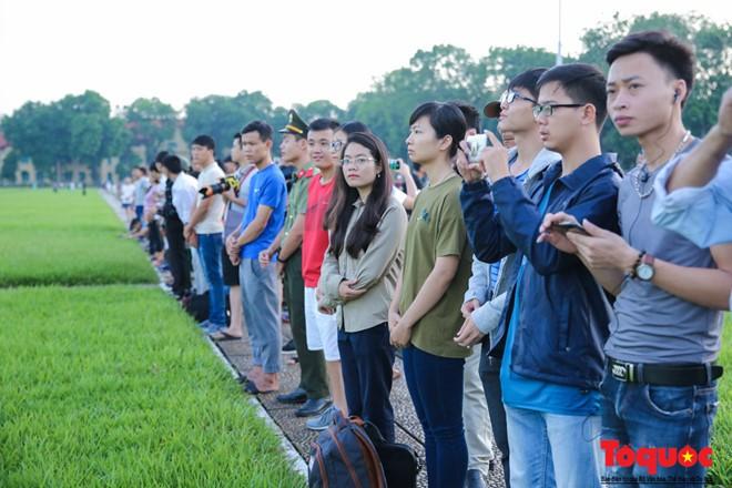 Trong ngày lễ trọng đại của đất nước, người dân đến đây không chỉ để dạo chơi mà để được chứng kiến lễ chào cờ thiêng liêng, trang trọng nhất trong năm.