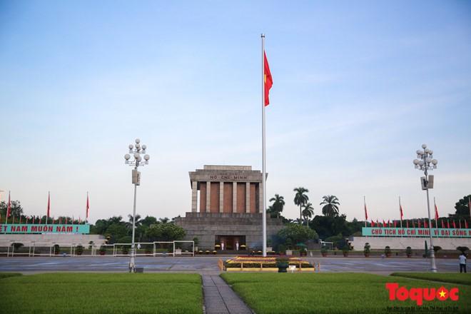 Khác với những ngày bình thường, đêm ngày 1/9, Quốc kì không được kéo xuống, để lá cờ mãi được tung bay trong ngày độc lập. Vì thế lễ chào cờ diễn ra không có nghi thức kéo cờ.