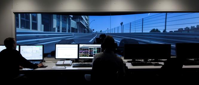 Đội đua Renault Sport F1 trong phòng điều khiển đua giả lập