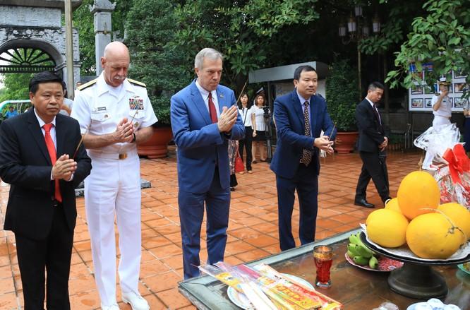 """Cùng Tư lệnh Hạm đội Thái Bình Dương, Đại sứ Mỹ ngâm """"Nam Quốc Sơn Hà"""" trên bãi cọc Bạch Đằng ảnh 2"""