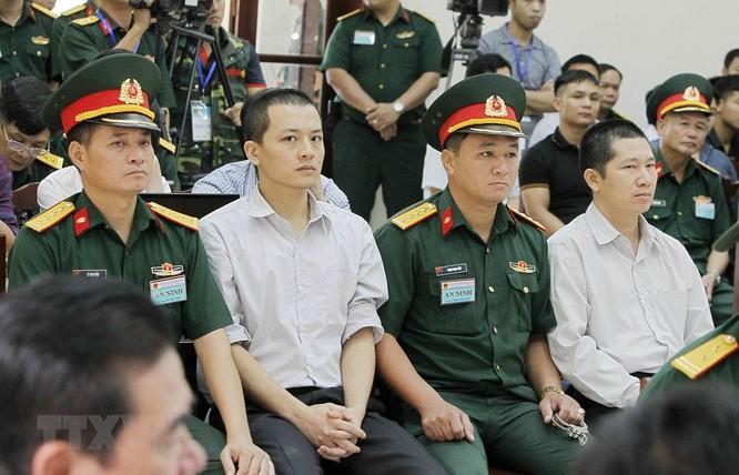Chân dung cựu Thượng tá quân đội Đinh Ngọc Hệ trước tòa ảnh 1