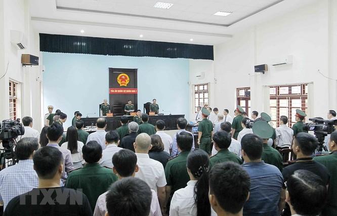 Chân dung cựu Thượng tá quân đội Đinh Ngọc Hệ trước tòa ảnh 3