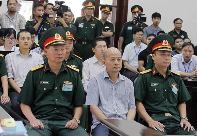 Chân dung cựu Thượng tá quân đội Đinh Ngọc Hệ trước tòa ảnh 5