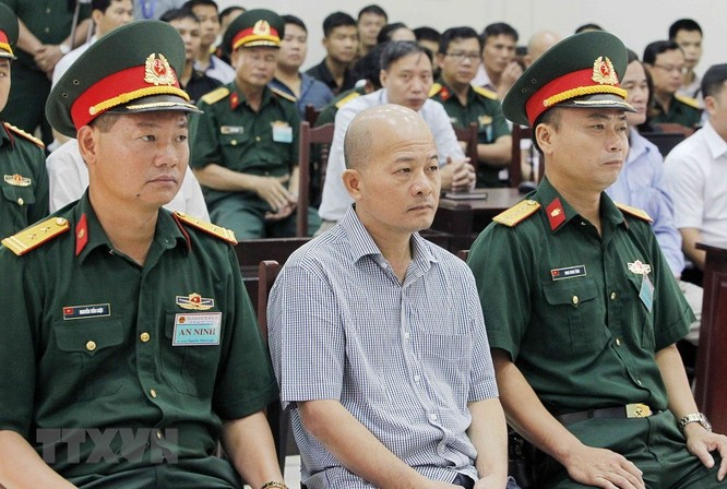 Chân dung cựu Thượng tá quân đội Đinh Ngọc Hệ trước tòa ảnh 6