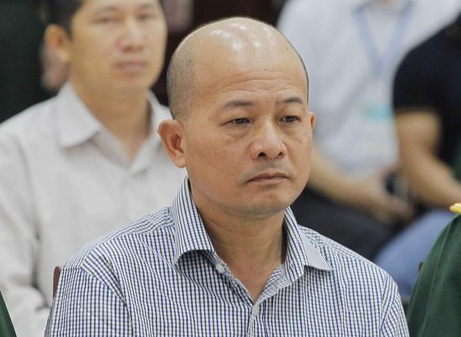 Chân dung cựu Thượng tá quân đội Đinh Ngọc Hệ trước tòa ảnh 7