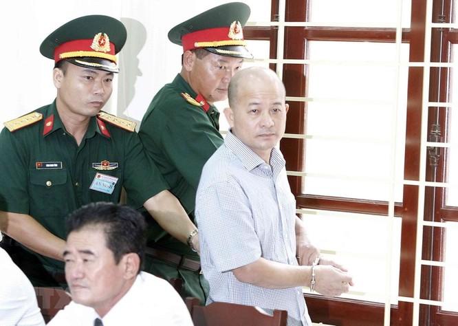 Chân dung cựu Thượng tá quân đội Đinh Ngọc Hệ trước tòa ảnh 8