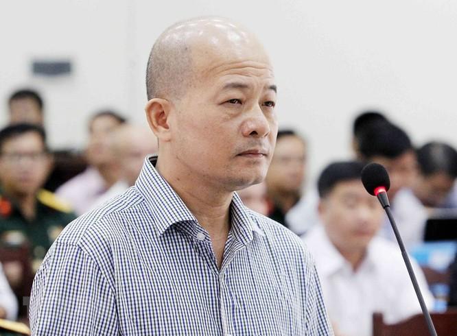 Chân dung cựu Thượng tá quân đội Đinh Ngọc Hệ trước tòa ảnh 9