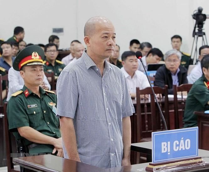 Chân dung cựu Thượng tá quân đội Đinh Ngọc Hệ trước tòa ảnh 2