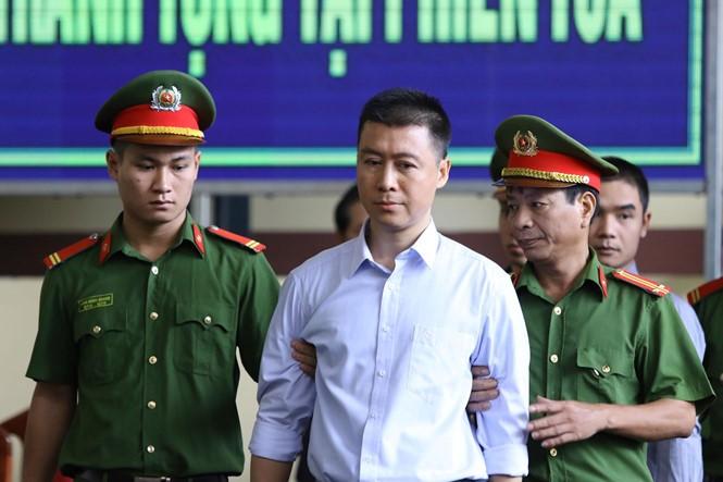 12/11: Tòa xét xử vụ án Phan Văn Vĩnh và đồng phạm về tôi đánh bạc trên mạng internet ảnh 4