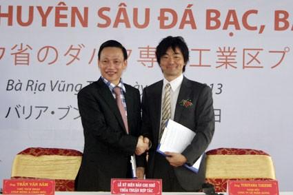 Ông Trần Văn Sâm (trái) - Chủ tịch HĐQT CTCP Đông Á