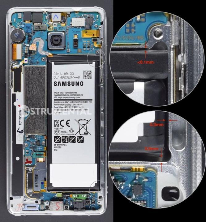 Khoảng không gian chật hẹp bên trong Samsung Galaxy Note 7(2016). Nguồn:WSJ