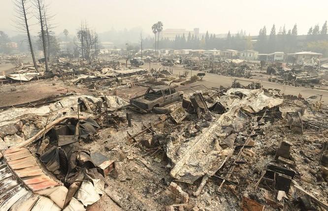 Tất cả nhà cửa, xe cộ đều bị nuốt chửng bởi đám cháy. Nguồn: BloomBerg