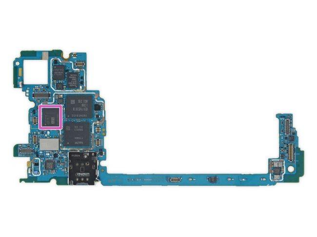 Bạn có thể nhìn thấy chip xử lý trợ năng hình ảnh Pixel Visual Core của Google mang nhãn hiệu SR3HX X726C502