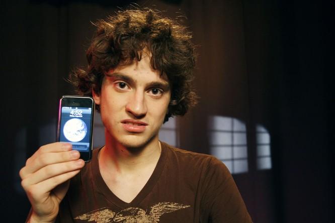 George Hotz, hacker nổi tiếng là người đầi tiên jailbreak thành công iPhone cũng đang giữ kỷ lục giải thưởng của Google. Nguồn: The Verge