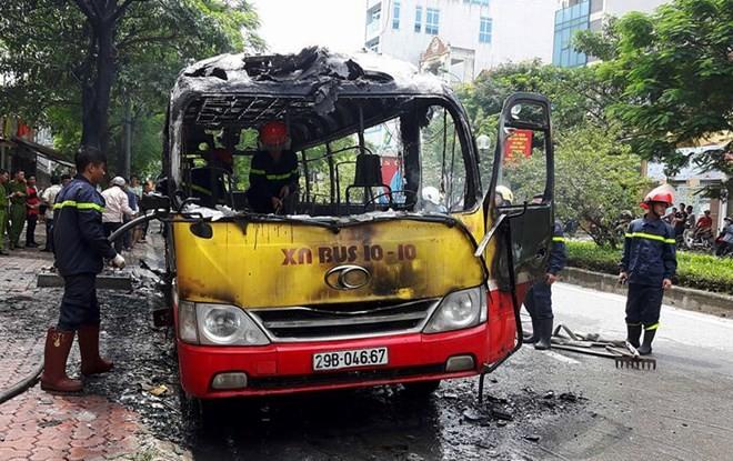 Hà Nội: Xe buýt đang lưu thông bỗng bốc cháy dữ dội ảnh 1
