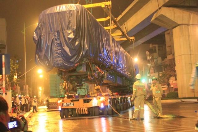 Cẩu lắp thành công toa tàu đường sắt trên cao dưới trời mưa phùn ảnh 3