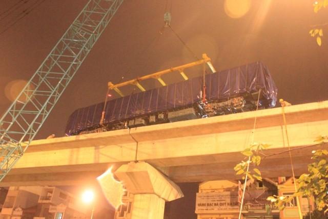 Cẩu lắp thành công toa tàu đường sắt trên cao dưới trời mưa phùn ảnh 4